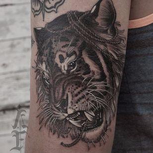 Tiger head by Antony Flemming #AntonyFlemming #blackandgrey #whiteink #realistic #realism #Japanese #mashup #tiger #junglecat #cat #rope #tigerhead #tattoooftheday
