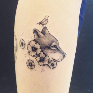 Cachorro por Marta Carvalho! #MartaCarvalho #TokaStudio #tattoobr #tattoodobr #dog #cachorro #cão #flower #flor #bird #pássaro #fineline
