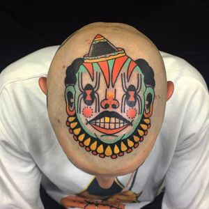 Creepy clown scalp by Teide #Teide #sevendoorstattoo #newtraditional #color #clown #creepy #spider #hat #gold #stripes #circus #tattoooftheday