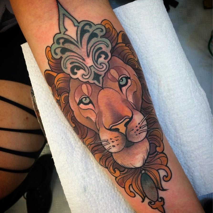 Leão por Monique Peres! #MoniquePeres #Tatuadorasbrasileiras #newtraditional #newtraditionalist #neotraditional #neotraditionaltattoo #lion #liontattoo #leão #leãotattoo