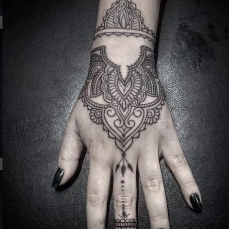 Trabalho ornamental na mão por Flavio Souza! #FlavioSouza #tatuadoresbrasileiros #blackwork #ornamental #ornamentaltattoo #handtattoo