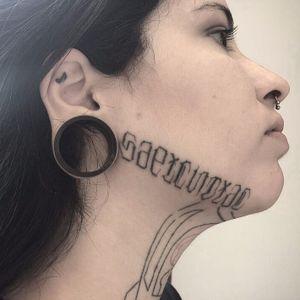 Lettering por Brenda Tavares no rosto da tatuadora Bonny Pamela! #BrendaTavares #Minnietattoo #lettering #letteringtattoo #facetattoo