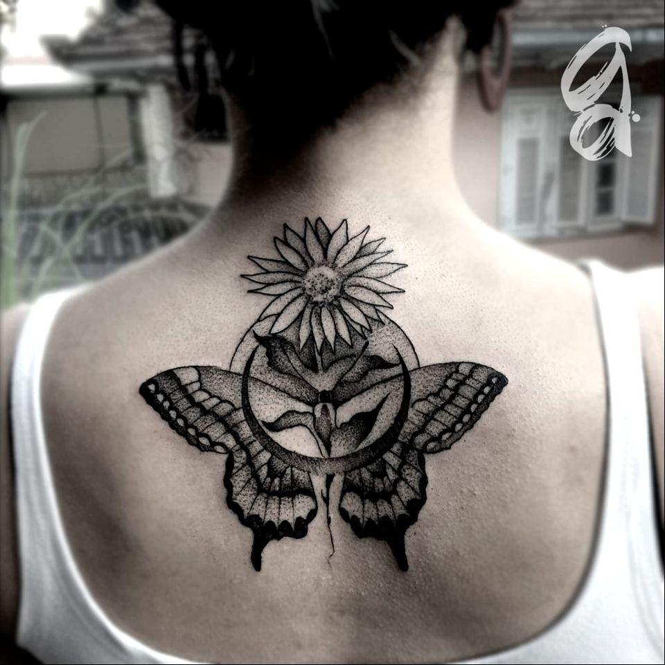 Borboleta, lua e girassol! #GustavoAbreu #blackwork #fineline #sketch #TatuadoresDoBrasil #borboleta #butterfly #lua #moon #girassol #sunflower
