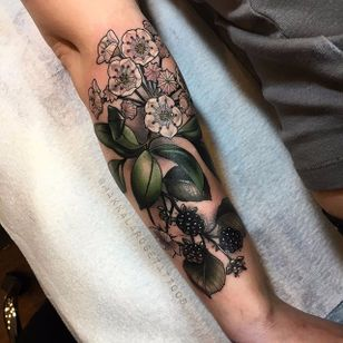 Flores e frutos #MakkalaRose #gringa #neotraditional #colorido #colorful #flor #flower #fruit #fruta #nature #natureza #botanical #botanica #folha #leaf
