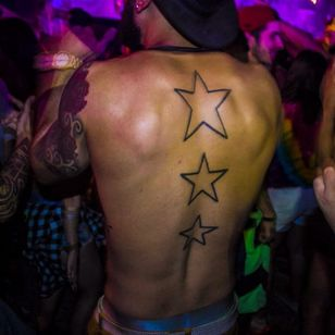 Star tattoos were a big trend a few years back but this guy is showing them off in 2016, photo by Rodrigo Zaim and Lucas Jacinto #tomorrowlandbrazil #festival #tattoostyle #RodrigoZaim #LucasJacinto #stars