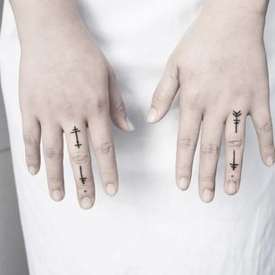 Malvina Maria Wisniewska shows how a few lines can say a lot about their wearer (IG—malwina8). #blackwork #fingers #microtattoo #minimalism #ornamental