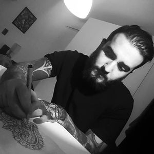 Matteo Nangeroni at work (via IG-matteonangeroni) #fineline #dotwork#smalltattoo #silhouette #matteonangeroni