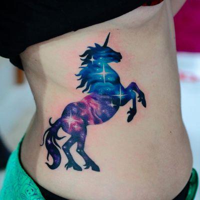 Por Deh Soares! @DehTattoo #DehSoares #TatuadorasBrasileiras #unicorn #unicornio #universo #universe #unicorntattoo