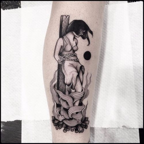 Totemica #Totemica #bruxa #witch #witchtattoo #witchcraft #bruxaria #magia #magic #ocultismo #occult #woman #mulher #fogo #fogueira #fire #blackwork