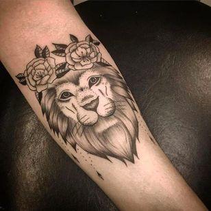 Leão por Anna Luiza Schramm! #AnnaLuizaSchramm #TatuadorasBrasileiras #TatuadorasdoBrasil #TattooBr #TattoodoBr #leão #lion #fineline #delicate #delicada