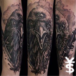 Belíssimo corvo de três olhos de Yanick Sasseville. #got #gameofthrones #raven #threeeyed #crow #YanickSasseville #blackandgreytattoo