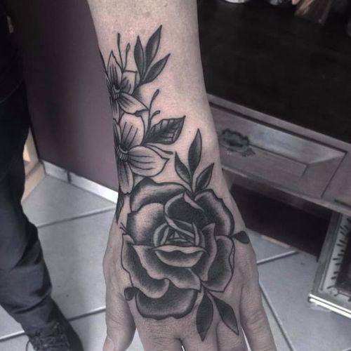 Belíssima composição floral #HelenaCinirla #traditional #oldschool #TatuadorasDoBrasil #tatuadorasbrasileiras #blackwork #rosa #rose