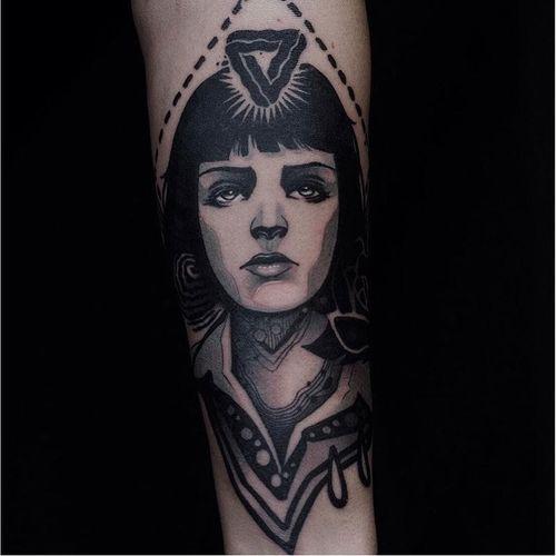 Neo tradiitonal Mia Wallace tattoo by Nev Longobardo. #neotraditional #blackandgrey #MiaWallace #femmefatale #classic #pulpfiction #cultfilm #film #movie #QuentinTarantino #moviecharacter #femmefatale #portrait