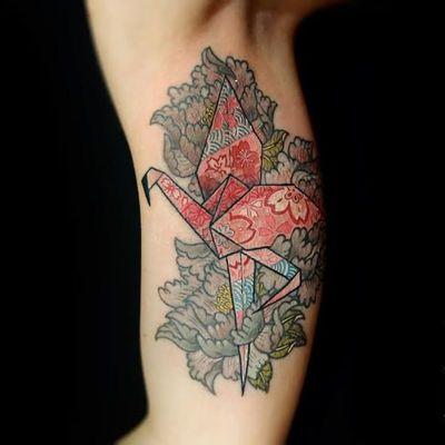 Linda tattoo por Mulie Addlecoat. #origami #origamiart #origamitattoo #tsuru #papercrane #MulieAddlecoat