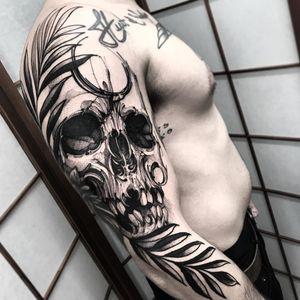 Skull tattoo by Fredao Oliveira #FredaoOliveira #skulltattoos #blackandgrey #skull #linework #darkart #surreal #illustrative #newtraditional #moon #leaves #death #tattoooftheday