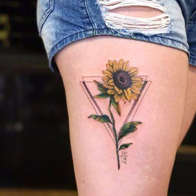 Por Vic Nascimento #VicNascimento #brasil #brazil #TatuadorasDoBrasil #brazilianartist #fineline #botanica #botanical #flor #flower #girassol #sunflower #triangle #triangulo #geometric #geometrica #colorida #colorful #pontilhismo #dotwork