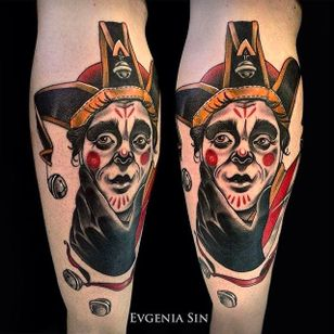 A jester looking curious and solid. Tattoo by Evgenia Sin. #EvgeniaSin #neotraditional #coloredtattoo #jester