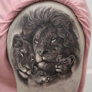 The king of the jungle... and his cute lil family. By Stefano Alcantara #stefanoalcantara #lion #blackandgrey #top10