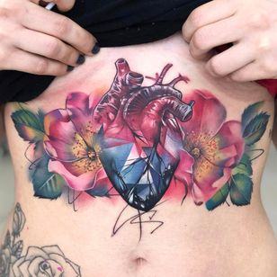 Por Freddie Albrighton #FreddieAlbrighton #gringo #colorido #colorful #realismo #realism #realismocolorido #coração #heart #coraçãoanatomico #anatomicalheart #flor #flower #folha #leaf