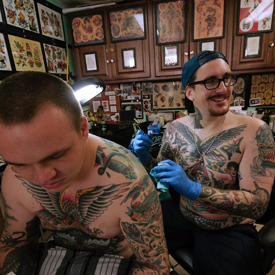 Behind the scenes with Keir McEwan at Queen Street Tattoo. (Photo by Jessica Paige) (IG - unomaser) #KeirMcEwan #QueenStreetTattoo #Hawaii #Oahu #Sessions