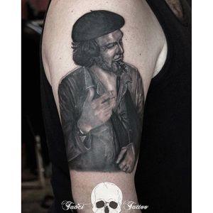 Amazing black and grey Che Guevara tattoo done at the Tavci Tattoo #CheGuevara #Anarchist #portrait #portraittattoo #historic #realism #TavciTattoo #blackandgrey