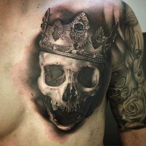 A skull topped with a regal crown via David Rinklin (IG—neonjudas). #DavidRinklin #blackandgrey #realism #skulls