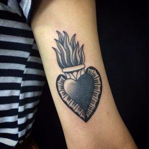 Coraçãozinho <3 #BrisaIssa #oldschool #tradicional #TatuadorasDoBrasil #tatuadorasbrasileiras #coração #heart