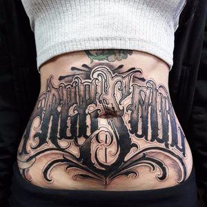 Trampo pesado feito pelo artista Caio Cruz! #CaioCruz #tatuadoresbrasileiros #lettering #letteringtattoo #letteringartist #customlettering #bellytattoo