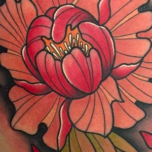 Bold and Fine details in this Lotus Tattoo by Kike Esteras @Kike.Esteras #KikeEsteras #Neotraditional #Neotraditionaltattoo #Barcelona #Lotus