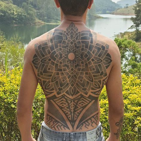 Fechamento de costas em pontilhismo por Rodrigo Tanigutti! #RodrigoTanigutti #tatuadoresbrasileiros #dotwork #pontilhismo #SãoPaulo