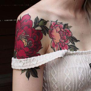 Feminine shoulder piece by Yuuz Tattooer (via IG-yuuztattooer) #floral #flowers #color #illustrative #japaneseinspired #yuuztattooer
