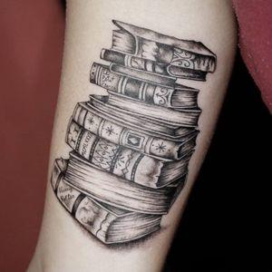 Por Tirza Setta #TirzaSetta #books #blackandgrey #blackwork #brazil #livros #TatuadorasDoBrasil