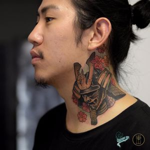 Tattoo por Neto Lobo! #NetoLobo #Tatuadoresbrasileiros #tatuadoresdobrasil #tattoobr #tattoodobr #neotradicional #neotraditional #newtraditional #colorful #colorido #fullcolor#necktattoo #samurai