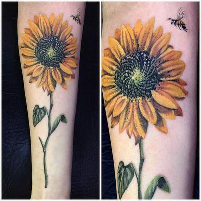Girassol #RodrigoLobão #RodrigoRodrigues #brasil #brazil #tatuadoresdobrasil #brazilianartist #realismo #realism #flower #flor #girassol #sunflower #bee #abelha