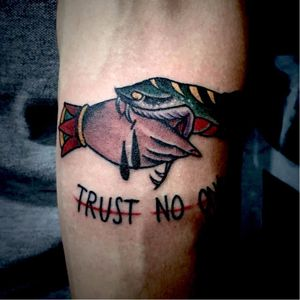 Por @caiogarcia ! #CaioGarcia #trustnoone #tradicional #traditional #oldschool #handtattoo #snake #hand #tattoobr