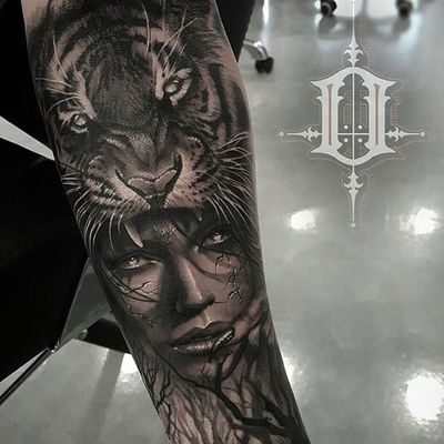 Tiger on the head. (via IG - tat2beny) #blackandgrey #benypearce #realism #portrait