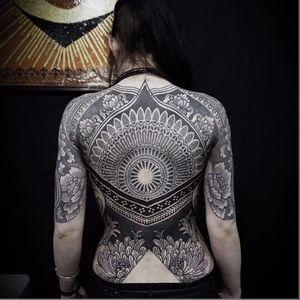 Uma linda peça de costas de Alexis Calvié #AlexisCalvié #mandala #arabescos #blackwork #blackworktattoo