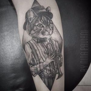 Gato por Nina Paviani! #NinaPaviani #tatuadorasbrasileiras #tatuadorasdobrasil #tattoobr #tattoodobr #cat #gato #kitty #music #musica