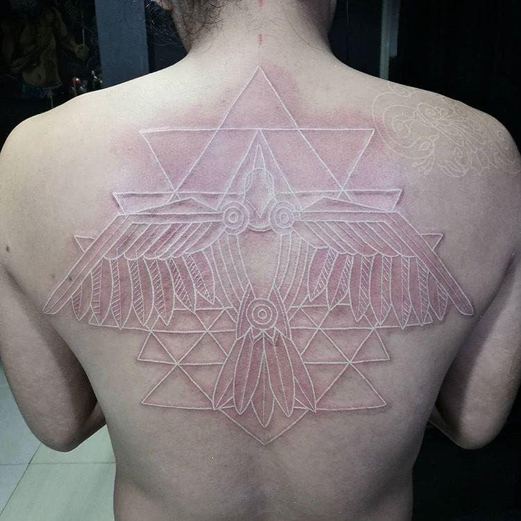 #JhayColis #whitetattoo #whiteink #tattoobranca #ave #passaro #bird #totem #geometric #geometrica #triangle #triangulo