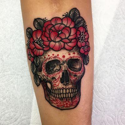 Tattoo by Roberto Euan #RobertoEuan #newtraditional #illustrative #skull #sugarskull #flower #leaves #roses #floral #nature #death #skeleton