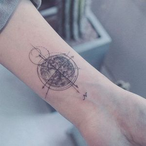Compass. (via IG - baam.kr) #microtattoo #space #planet #moon #smalltattoo