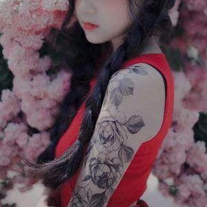 Gorgeous floral sleeve via @zihwa_tattooer #zihwa #reindeerink #floral #feminine