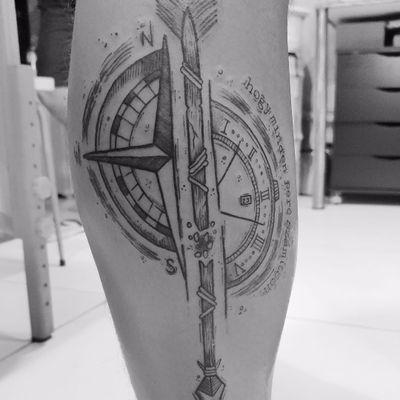 Direções #TamiresMandacaru #TatuadorasDoBrasil #brazilianartist #brasil #brazil #sketchstyle #estilorascunho #blackwork #fineline #bussola #compass #rosadosventos #windrose #flecha #arrow
