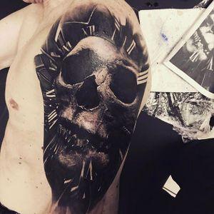 Cool Skull Half sleeve Tattoo by Sandry Riffard @audeladureeltattoobysandry #SandryRiffard #SandryRiffardtattoo #Realistic #Black #Blackandgray #Blackwork #Skull #Skulltattoo #France