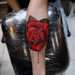 Realistic rose by Andrés Acosta #AndresAcosta #realism #realistic #hyperrealism #rose #color #nature #flower #rose #jewels #ornamental #dewdrop #teardrop #leaves #tattoooftheday