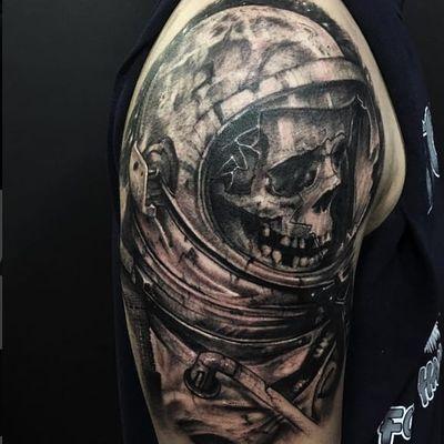 Beautiful deceased spaceman by Kenny K-Bar (via IG -- tattosbykbar) #KennyKBar #armtattoo #spaceman #astronaut #skull