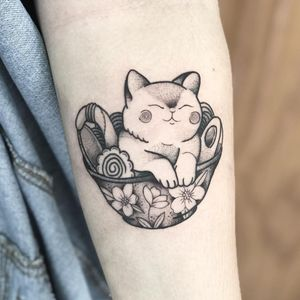 Cute kitty love ramen tattoo by Polilla #Polilla #ramentattoo #blackandgrey #newtraditional #japanese #mashup #kitty #cat #petportrait #bowl #ramen #pho #noodles #egg #nori #narutomaki #cute #flowers #foodtattoo