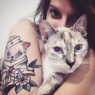 Euzinha e minha gata, Luna! <3 Tattoo feita por Henrique Costa! #HenriqueCosta #Tatuadoresbrasileiros #oldschool #oldschooltattoo #traditionaltattoo #cattattoo #gatotattoo