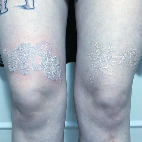 Recém feita / cicatrizada #MirkoSata #whitetattoo #whiteink #tattoobranca #snake #cobra #flor #flower #rosa #rose