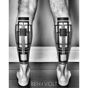 Check out the awesome symmetry of these leg tattoos by Ben Volt. #benvolt #black #geometric #tattoo